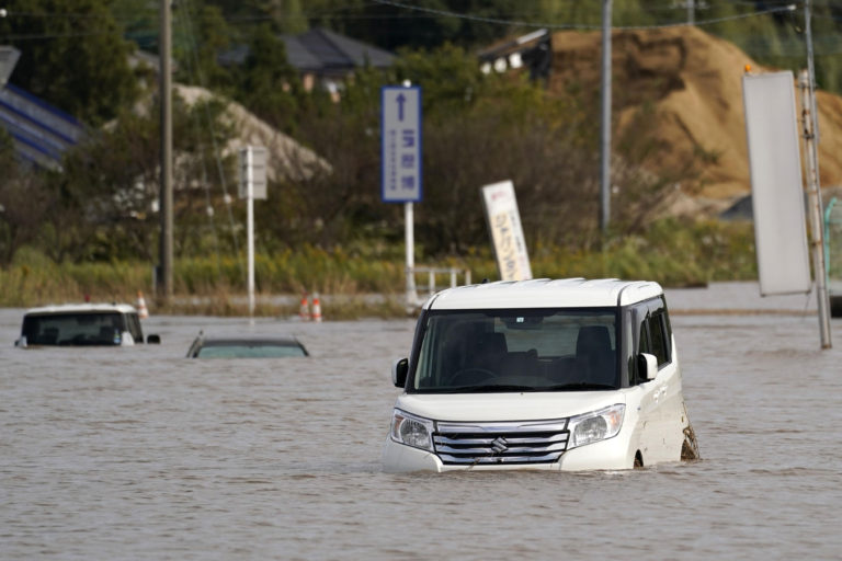 Проливной дождь вызывает наводнения и оползни в Японии, погибло более 10 человек
