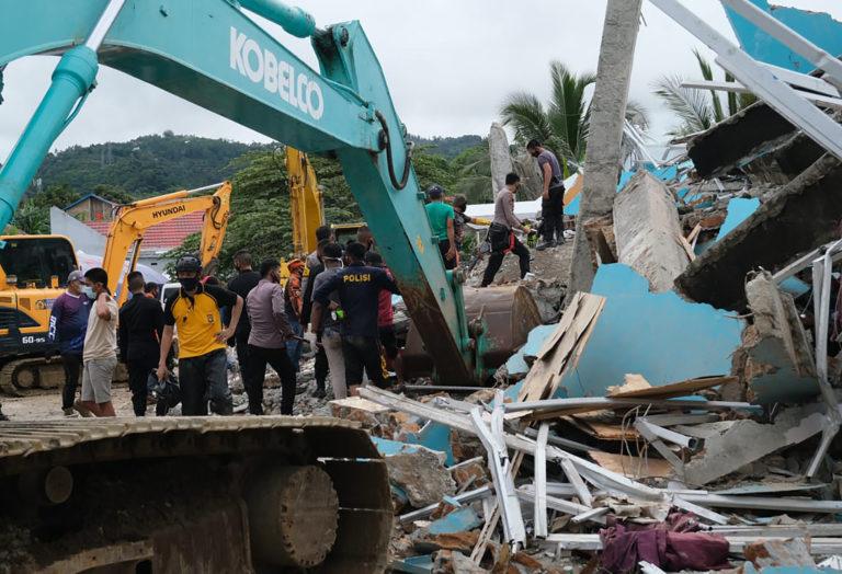 Землетрясение в Индонезии оставило без крова тысячи людей, погибло не менее 84 человек
