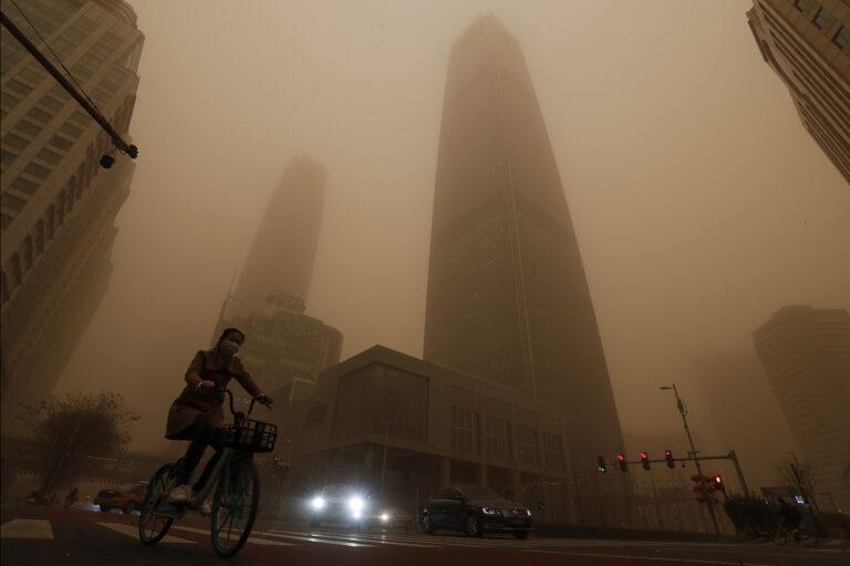 Сотни рейсов отменены во время самой страшной за десятилетие песчаной бури в Китае